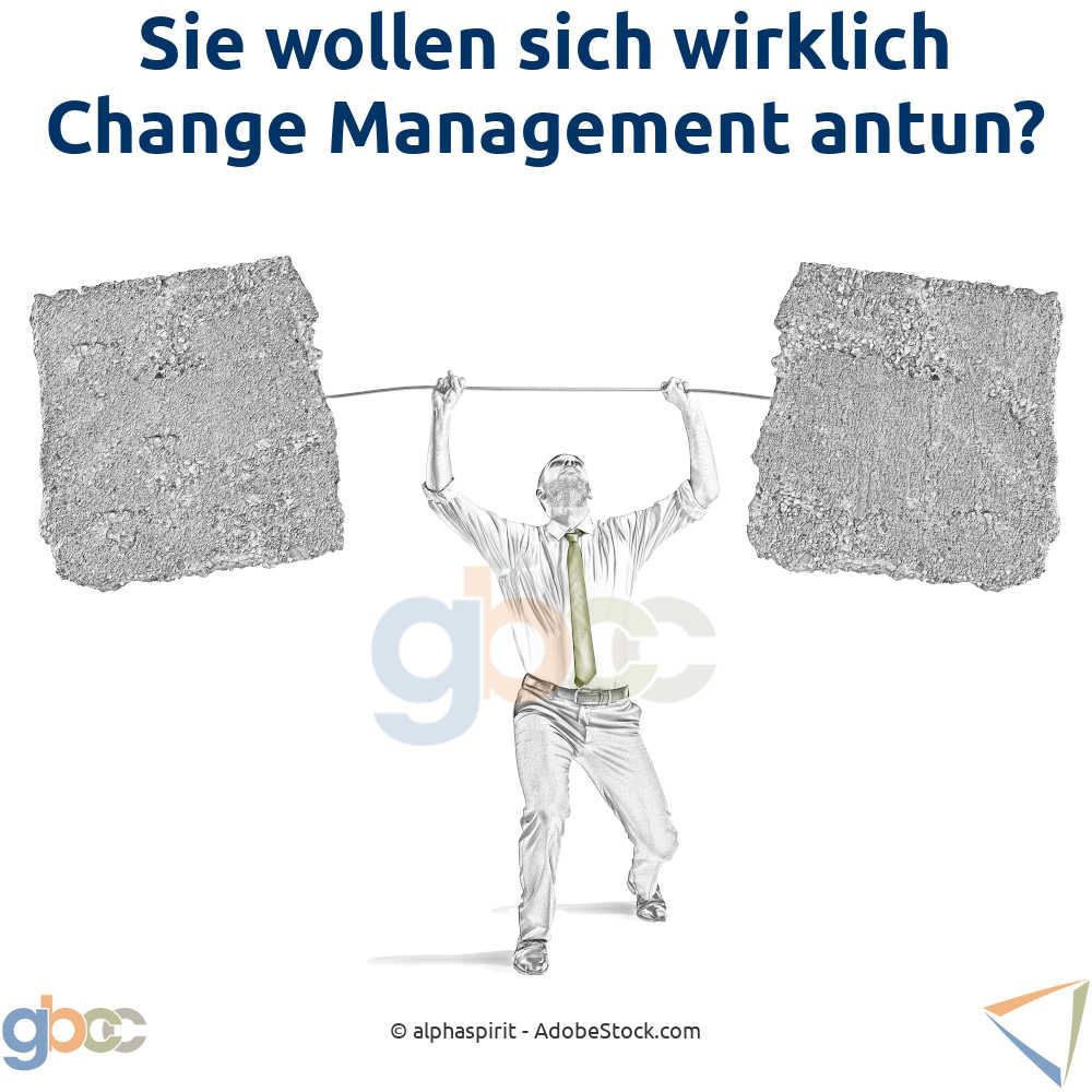 Change Management Konzept: Mann hebt Felsblöcke als Gewichtersatz