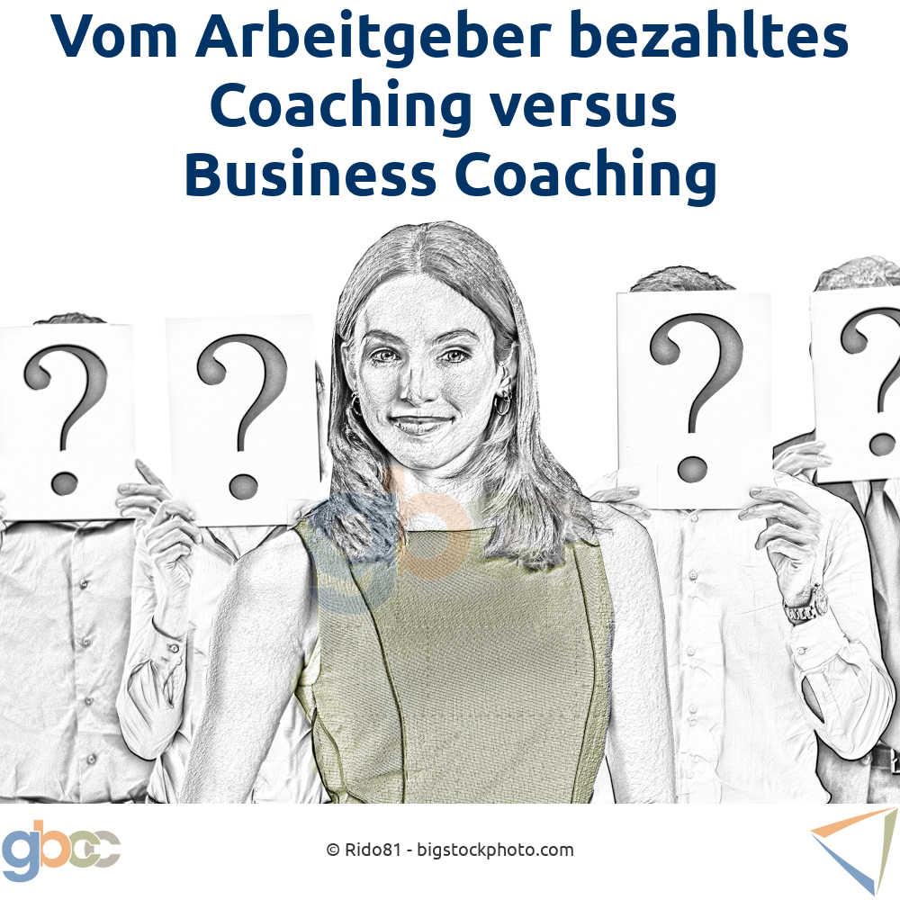 Business Coaching Konzept: Coachee ist bekannt, andere involvierte Personen jedoch tragen ein Fragezeichen auf dem Papier vor dem Gesicht