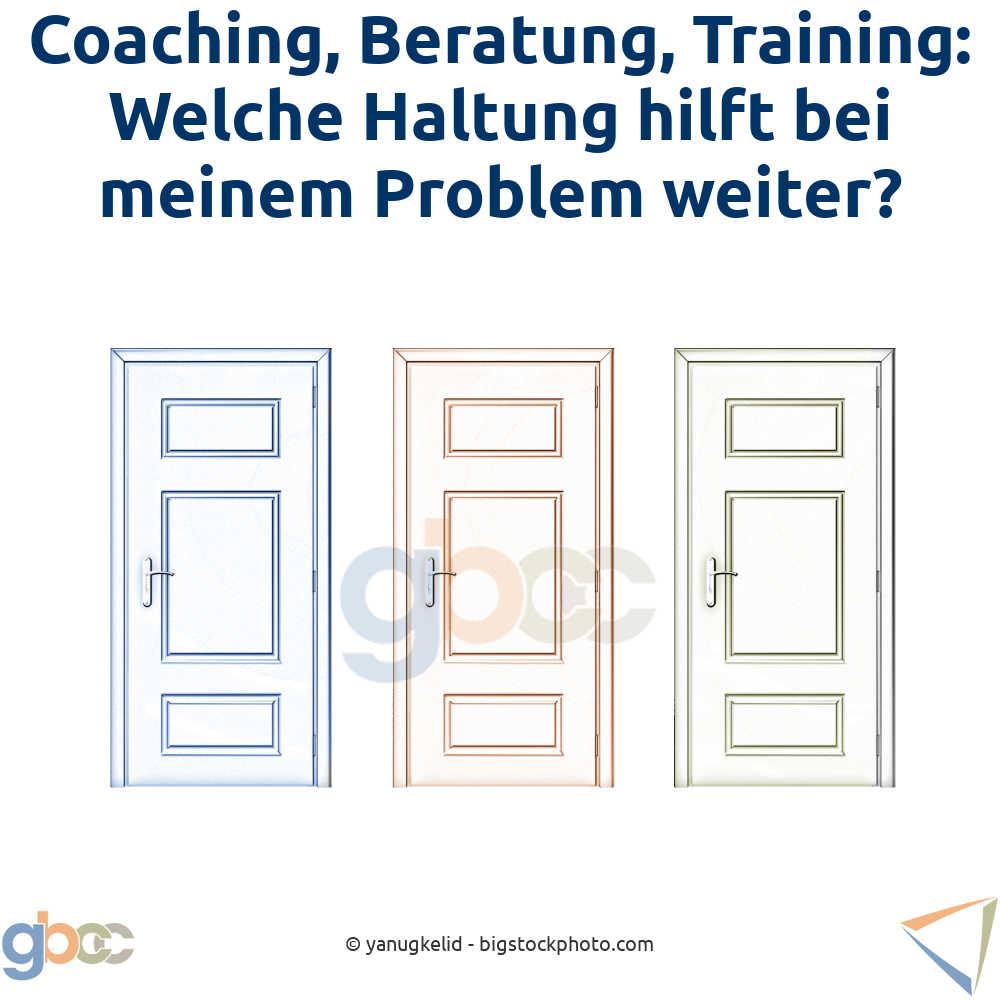 Unterschied Berater, Trainer, Coach Konzept: Drei Türen mit drei verschiedenen Farben