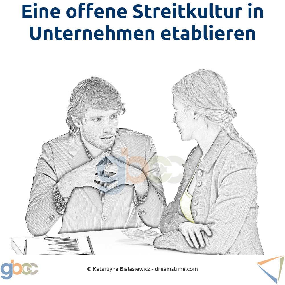 Offene Streitkultur Konzept: Kollegen sitzen sich gegenüber und argumentieren.