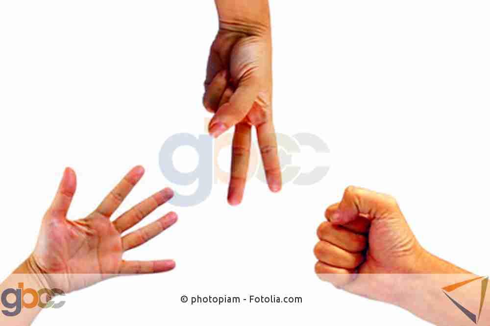 Drei Hände spielen  Schere, Stein, Papier