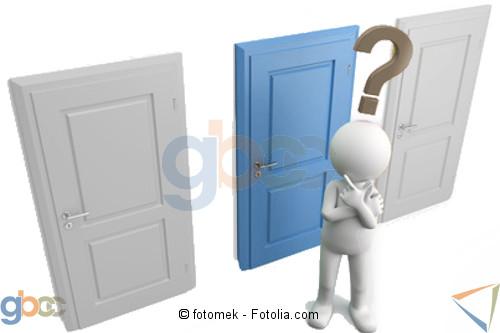Figur mit Fragezeichen über den Kopf steht vor 3 verschlossenen Türen. Mittlere Tür in Blau ist hervorgehoben