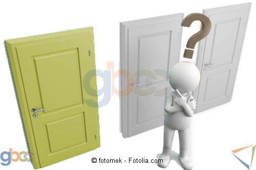 Figur mit Fragezeichen über den Kopf steht vor 3 verschlossenen Türen. Linke Tür in Grün ist hervorgehoben