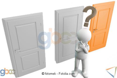 Figur mit Fragezeichen über den Kopf steht vor 3 verschlossenen Türen. Rechte Tür in Orange ist hervorgehoben