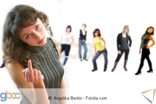 Mädchen zeigt Stinkefinger