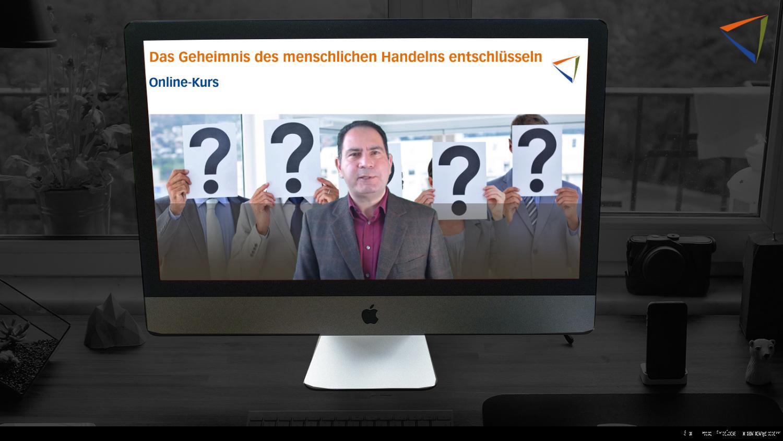 PC-Bildschirm zeigt im Hintergrund eine Präsentationsfolie im Hintergrund und Kourosh Ghaffari als Vortragender im Vordergrund