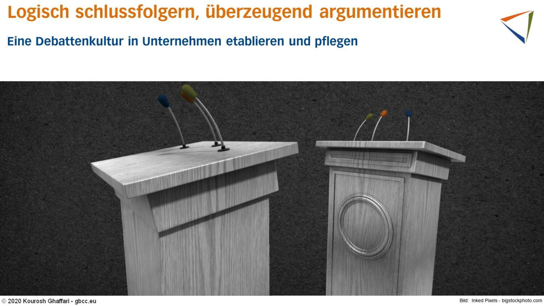 Zwei Rednerpulte stehen einander gegenüber