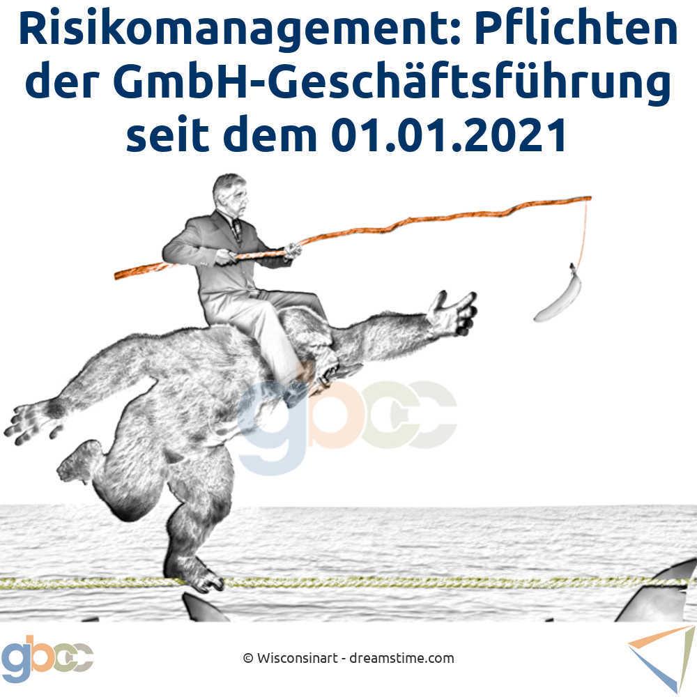 Konzept für Risikomanagement: Ein Geschäftsmann reitet auf den Schultern eines Gorillas und führt ihn mit einer Banane über ein schmales Seil. Im Wasser unter ihm schwimmen Haie.