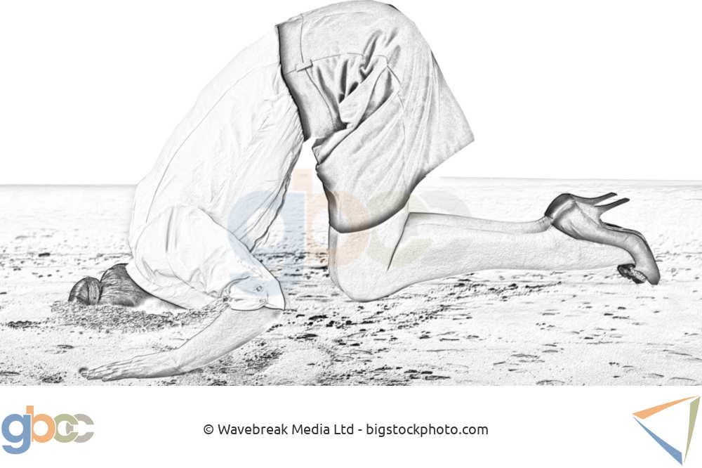Frau steckt den Kopf in den Sand.